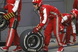 Pirelli_Ferrari_crew